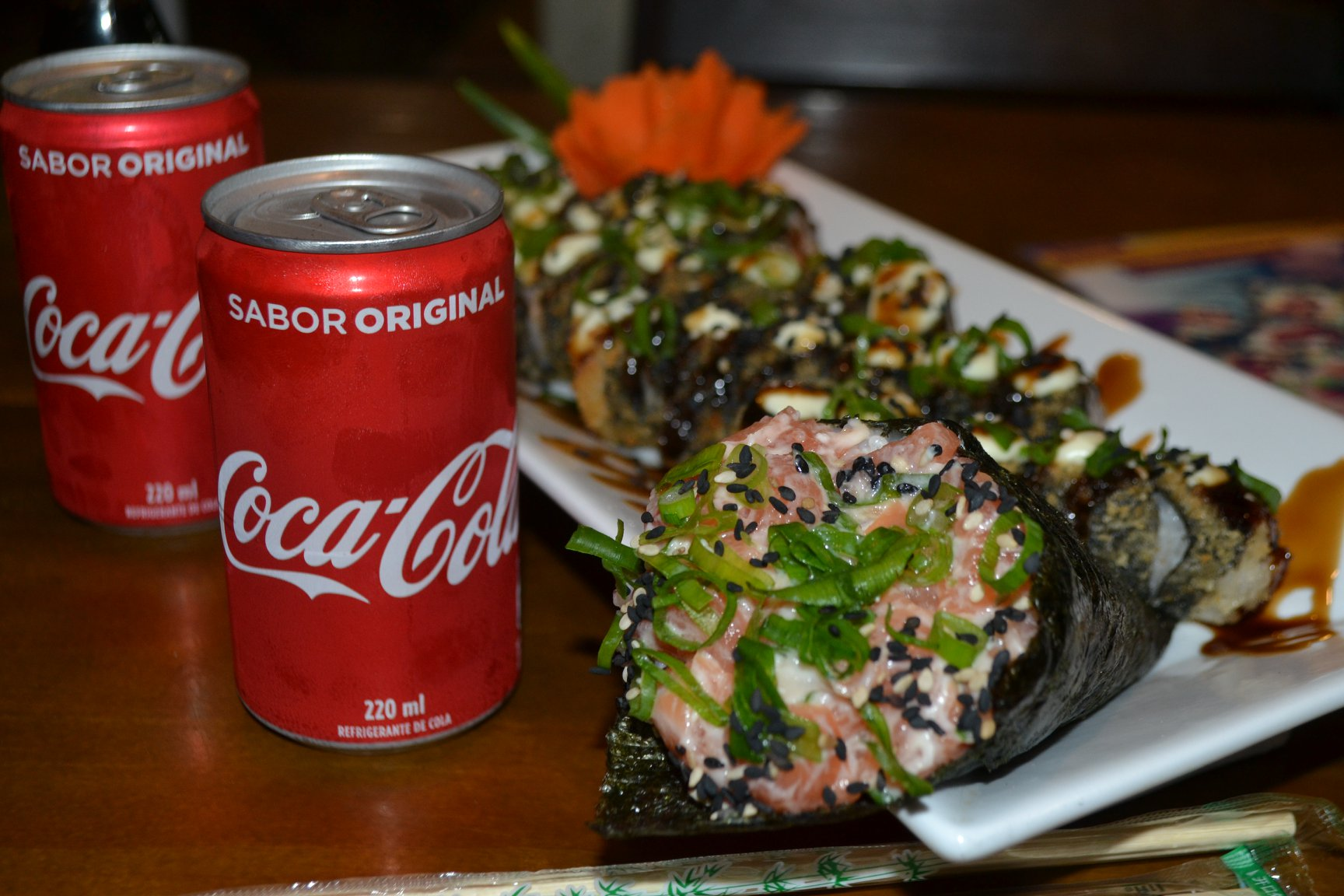 Combo 01 - 20 unidades de Hot Roll + 1 Temaki Grelhado  + 2 cocas 220ml